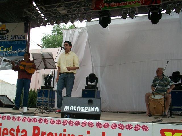 Juan Acuña acompañado por Manuel Ojeda y Oscar Talento.