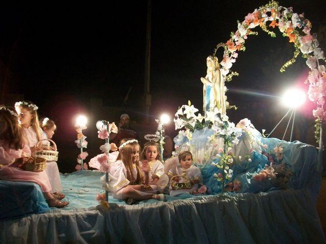 Carroza de la Iglesia Inmaculada Concepción de Rawson que abrió el desfile y la misa no compite por los premios.