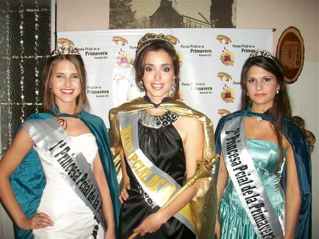 Carina Cataldo, electa Reina de la Fiesta Provincial de la Primavera de Rawson  junto a la primera Princesa Samantha Lespade y la segunda Princesa Mora García Bailleres.