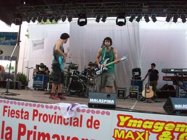 Los asistentes de la banda Los Tipitos efectuando la prueba de sonido.