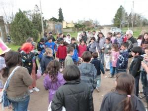Festejo día del niño en la plaza del Barrio Santa Emilia de Chacabuco.