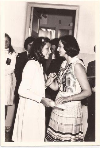 Entrega de Diplomas: Directora Lic.Elba Ortigoza a la alumna Alejandra Pérez.
