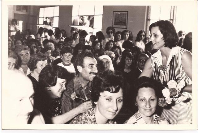 Acto fin de curso 1976.Directora Lic. Elba Ortigoza entrega flores a las madres Elena B. de Gardella. Presentes :Profesora María Elena Bloise, Elvira Rosso.