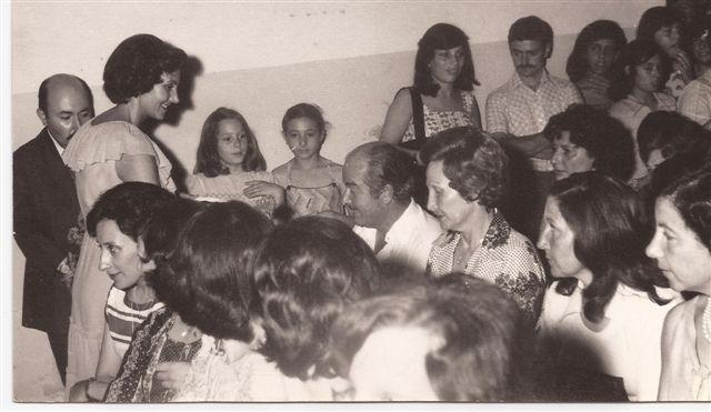 Acto fin de curso 1977: Directora Lic. Elba Ortigoza  entrega recuerdos. Padres Felix Salvo-Irma Micucci, Sra de López, y Sra de Ceballos.