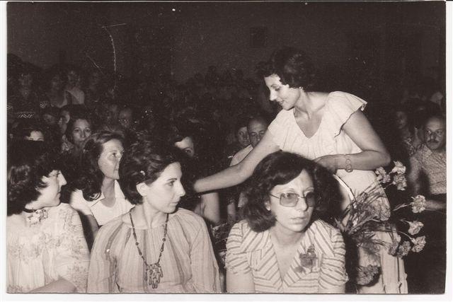 Acto de fin de curso 1977: Directora Lic. Elba Ortigoza entrega flores a las madres. Acompañan Profesoras Susana Bríccola, Mirta Santucci y Ernestina Barberis.