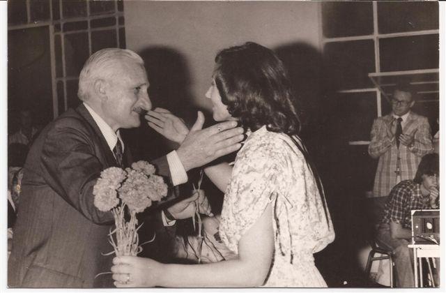 Lic. Elba Ortigoza saluda al Presidente Cooperadora  1978 Héctor Gorrini.