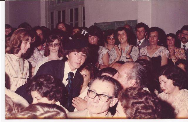 Alberto Gómez entrega su diploma a sus padres en el acto de fin de curso 1979.