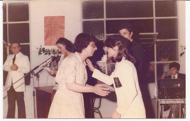Entrega de Diplomas. Ernestina Barberis a Bibiana Gualchi.