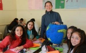 La docente Claudia Bustos junto a sus alumnos.