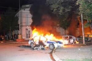 La imagen muestra el incendio de un móvil policial y otro vehículo frente a la sede de la Comisaría Segunda de Junín.
