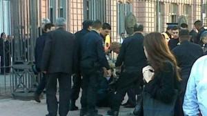 Dos hombres se prendieron fuego en la puerta de la Casa Rosada. Foto: @gustsaldana.