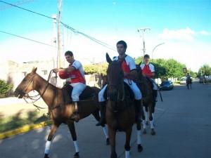 En el desfile criollo, integrantes del equipo de Pato Los Redomones.