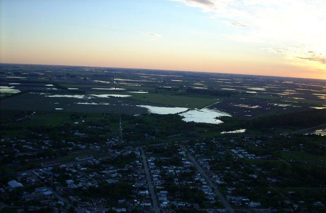 En la imagen se puede ver el agua de los campos situados a los alrededores de Rawson. Foto tomada por Ubaldo Demattei el pasado 20 de octubre.