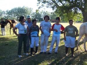 La Secretaria de Cultura de la Municipalidad de Carmen de Areco Meme Torres en la entrego de los recordatorios a los jugadores.