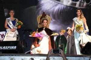 La Reina junto a sus Princesas.