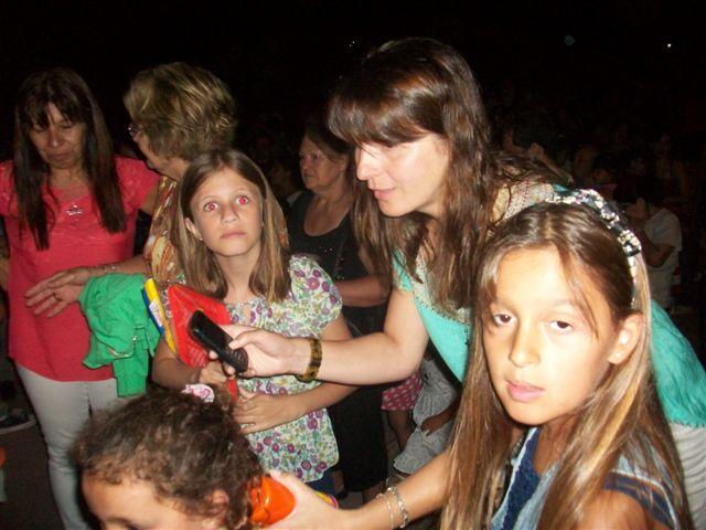 Las nenas esperando por su juguete.