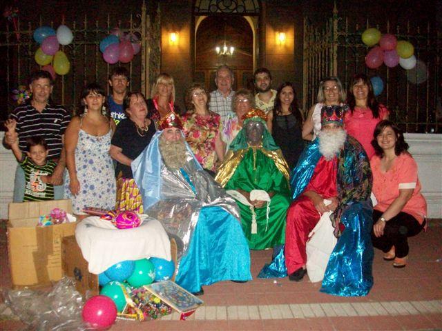 Los Reyes Magos junto a los organizadores del evento.