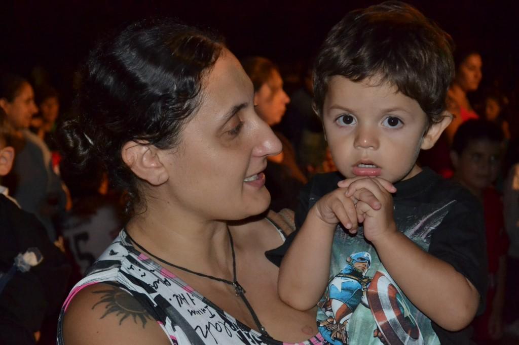 Jonas esperando su turno junto a su mamá.