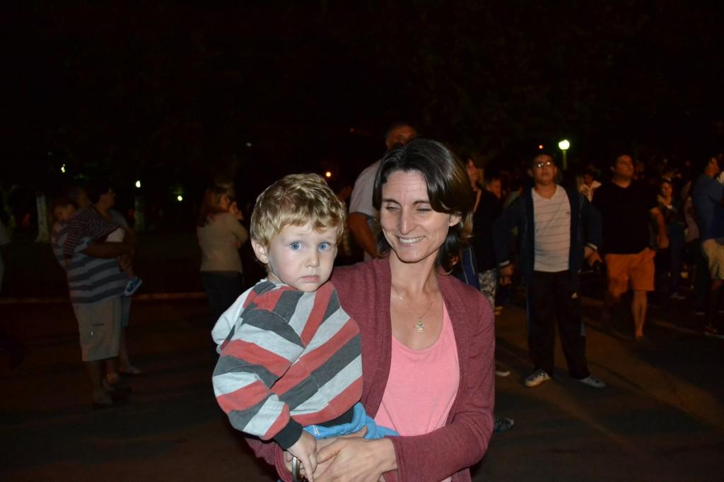 Juan Sebastián con su mamá esperando por su juguete.