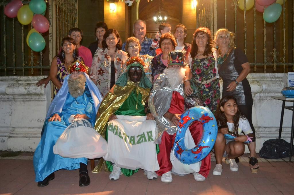 Los Reyes Magos junto al grupo organizador del evento.