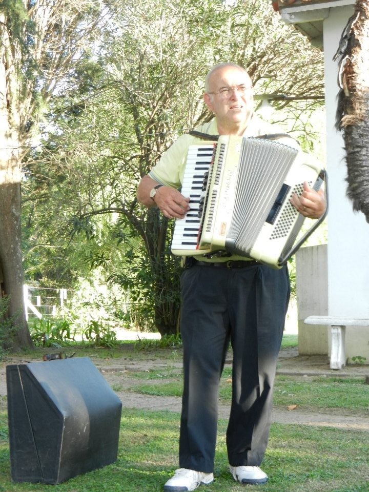 El Rusito Ricci participó con su acordeón.