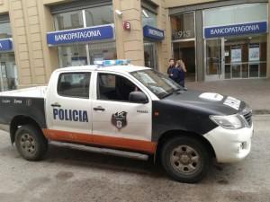 Delincuentes asaltan el Banco Patagonia.