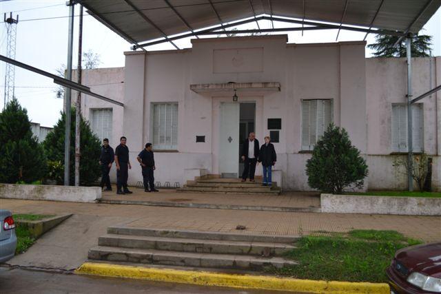Imagen del frente de la Delegación Municipal mientras realizaban sus tareas personal de Policía Científica Junín