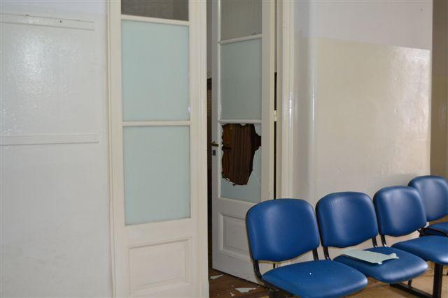 Oficina del Registro Civel, a cargo de Aimoré Papini, rompieron vidrio y produjeron desorden en su interior.
