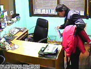 El empleado filmado y luego detenido.