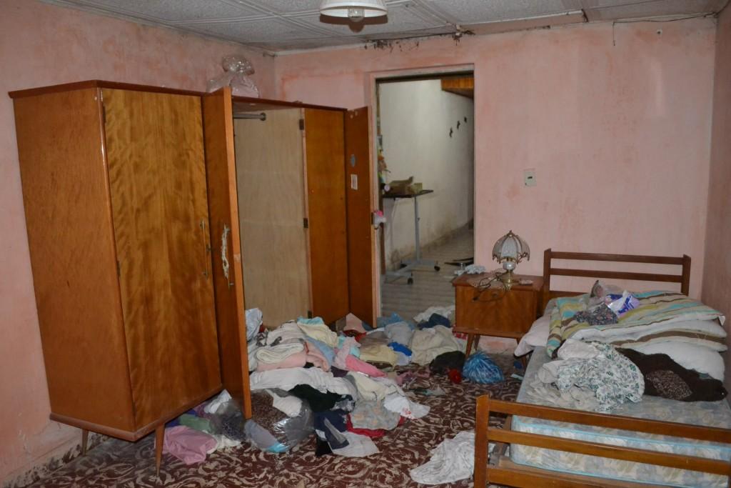 Una de las habitaciones, dónde le malviviente desordenó en busca de valores.