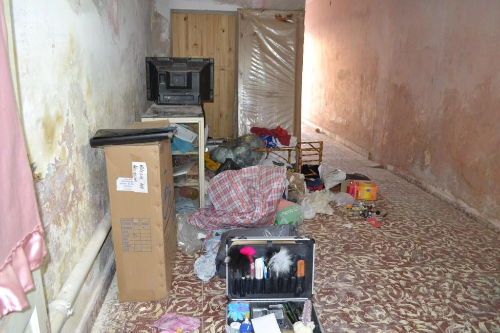 El delincuente recorrió todo el domicilio en busca de dinero y objetos de valor.