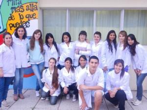 Uno de los grupos de 6º Año con la profesora Graciela Paz.