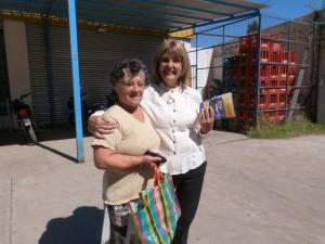 La concejal Rodríguez junto a una vecina de Chacabuco.