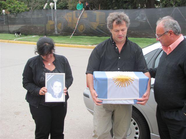Hermanos de Liliana Ross cuando llegan a la Municipalidad de Chacabuco con la urna. Foto gentileza Pablo Pastore del diario De Hoy de Chacabuco.