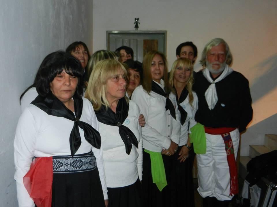 Taller de Danzas Folklóricas Adultos  de la Escuela de Actividades Culturas a cargo de profesor Ariel Giménez.