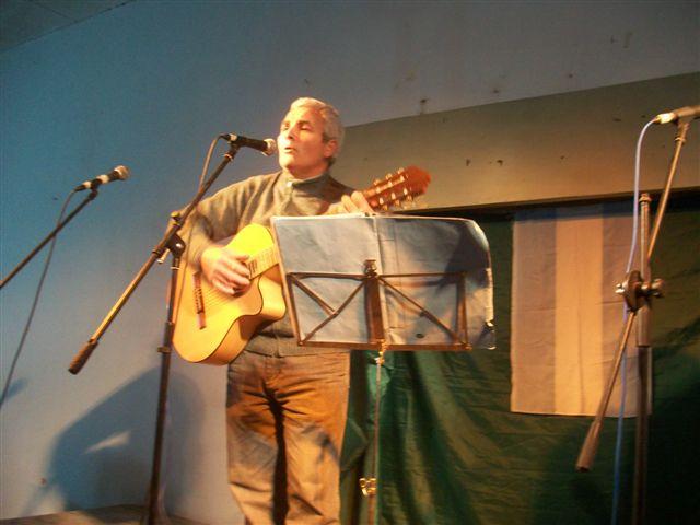 Miguel Ciruli y su guitarra.