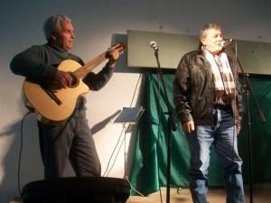 Taty Burgos y sus versos, acompañado en guitarra por Miguel Ciruli.