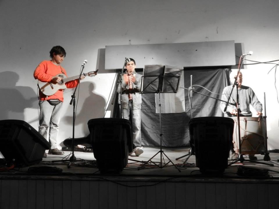 Juan Luis Acuna, acompañado por Christian Fagan y Oscar Talento.