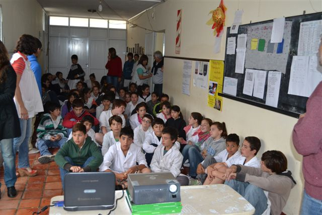 Los alumnos escuchando atentamente la charla brindada por el Dr. Salvarani.