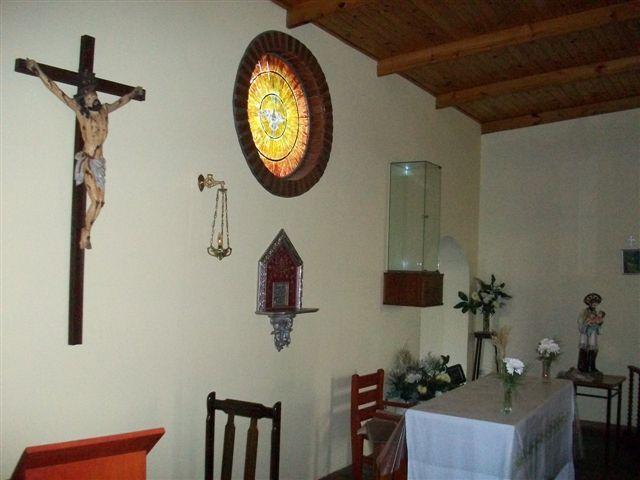 Otra imagen del altar de la Capilla San Cayetano de Rawson.