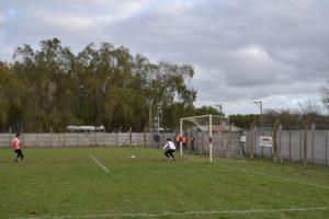 Cayuela tapa el disparo de Vázquez pero al dar rebote, éste convierte en gol.