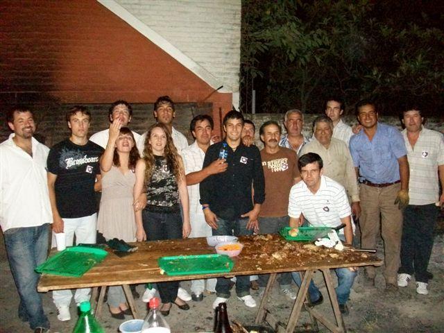 Directivos, encargados de la parrilla y mozos luego de haber servido la cena.