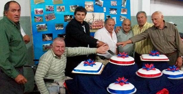 Carlos Centeno, presidente de la Institución, en el corte simbólico de la torta aniversario rodeado de exdirectivos y jugadores.