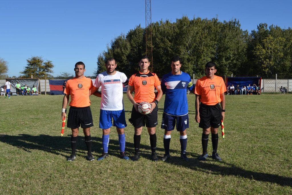 El árbitro del encuentro, sus colaboradores y capitanes de los equipos.