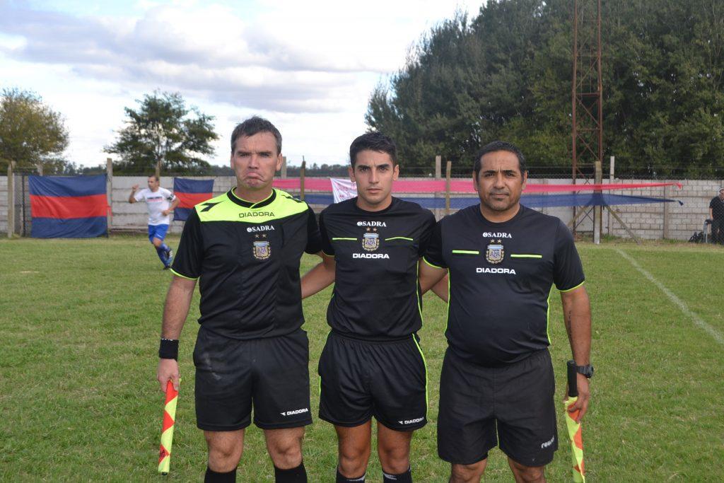 Terna arbitral que dirigió las primeras divisiones de San Lorenzo y Alumni.
