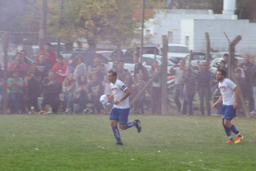 El capital de San Lorenzo, Raúl Molinari encabeza la salida del conjunto local. Foto: Guillermo Talento.