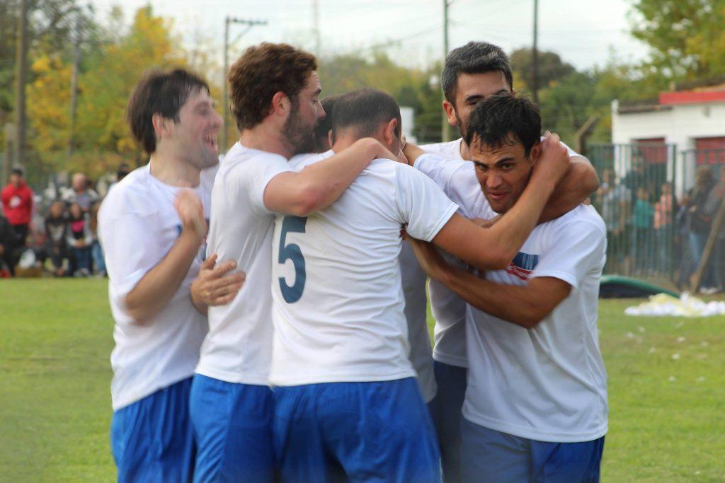 El festejo del gol de Ferro. Foto: Guillermo Talento.
