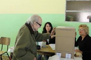 Ejemplo cívico. Santiago Sanz al emitir su voto en las pasadas elecciones.