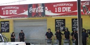 Varios supermercados y comercios cerraron sus puertas más temprano por temor a los robos. La Policía reforzó la seguridad.