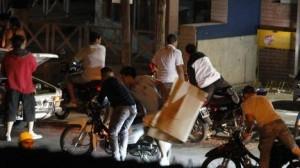 Bandas de motociclistas saquearon durante toda la madrugada los comercios de Córdoba. (Daniel Cáceres)